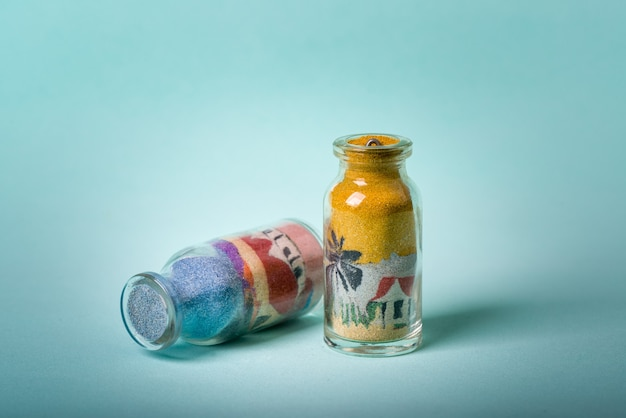 Handgemachte souvenirflasche aus dem brasilianischen nordosten mit zeichnungen aus farbigem sand