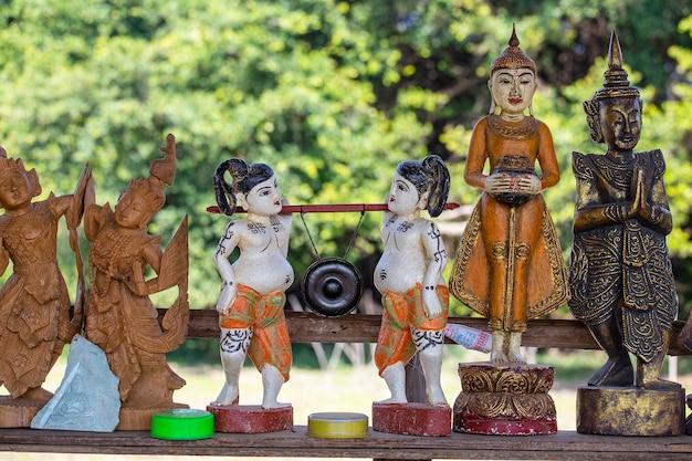 Handgemachte souvenirs in einem touristenstand auf dem straßenmarkt in der nähe des inle-sees in burma. nahaufnahme. souvenirartikel zum verkauf in myanmar