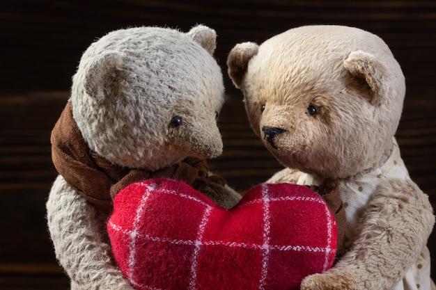 Handgemachte spielzeug teddybär mit herd