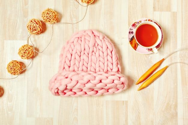Handgemachte strickkomposition mit warmer mütze in pastellfarben