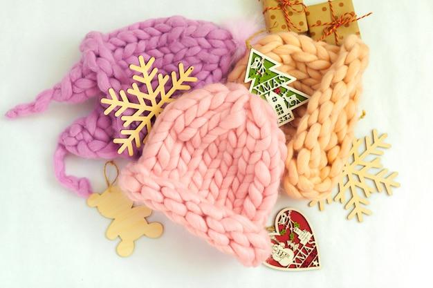 Handgemachte strickwaren mit warmer mütze in pastellfarben