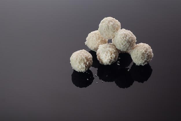 Handgemachte süßigkeiten. aus getrockneten früchten und nüssen. festliches konzept. Premium Fotos