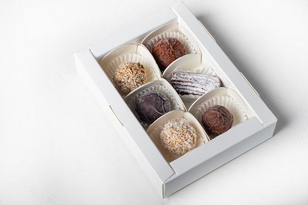 Handgemachte süßigkeiten. aus getrockneten früchten und nüssen unter zusatz von kakao. hauslieferung.