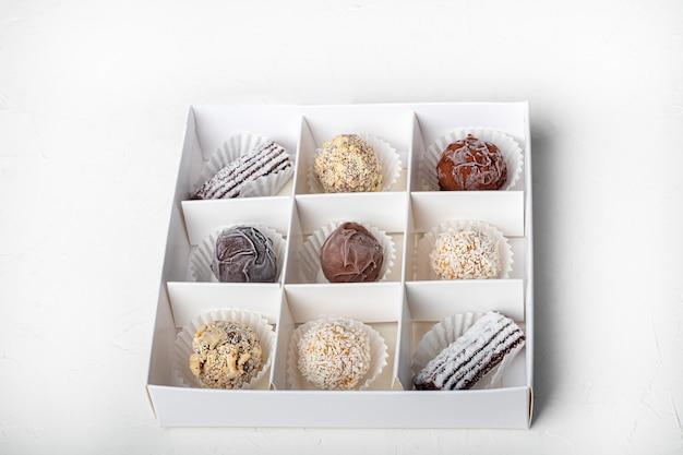Handgemachte süßigkeiten. aus getrockneten früchten und nüssen unter zusatz von kakao. hauslieferung. Premium Fotos