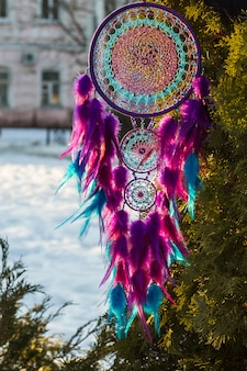 Handgemachte traumfänger mit federn fäden und perlen seil hängen