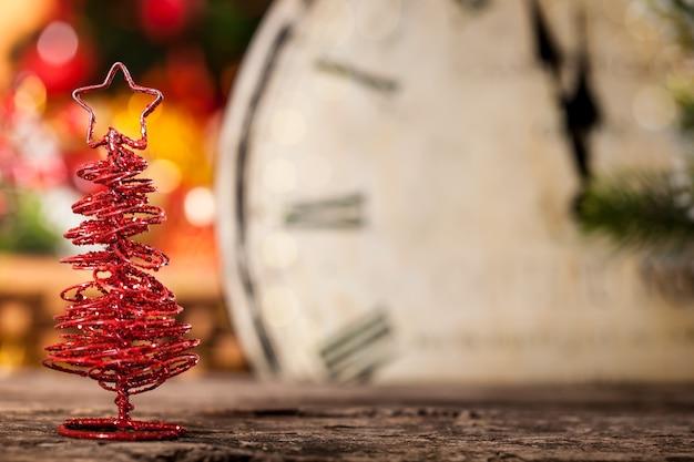 Handgemachte weihnachtsdekoration gegen vintage uhr