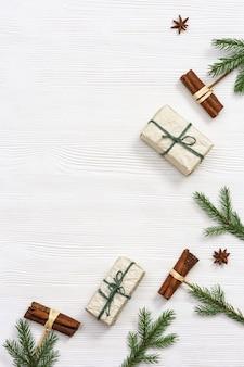 Handgemachte weihnachtsgeschenke dekoriert mit tannenzweigen und zimt winterferien und neujahr