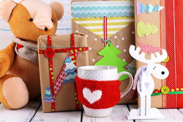 Handgemachte weihnachtsgeschenke mit dekorationen auf holztisch