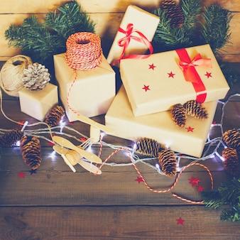 Handgemachte weihnachtszusammensetzung auf hölzernem hintergrund