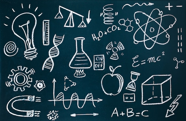 Handgemachter chemiker und mathematische zeichnungen auf tafelhintergrund