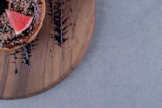 Handgemachter frischer donut mit grapefruitscheibe
