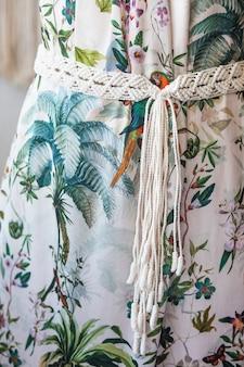 Handgemachter makramee-gürtel. stilvolle dekoration für damenkleider.