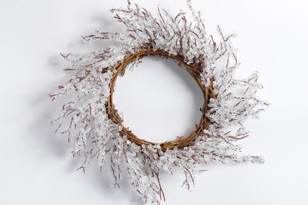 Handgemachter weihnachtskranz in form der kreativen schneeflocke auf weiß