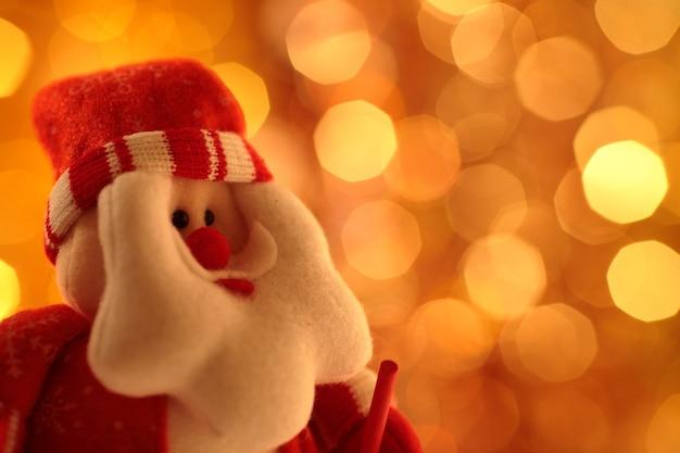 Handgemachter weihnachtsmann vor hellem hintergrund