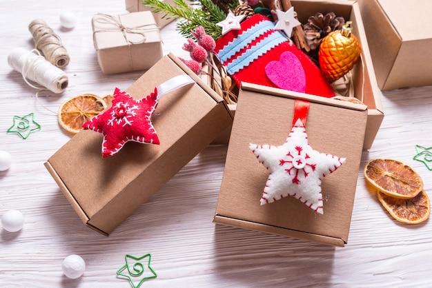Handgemachtes dekor mit pappkarton, weihnachtskonzept