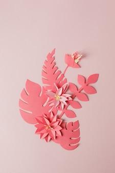 Handgemachtes dekoratives papiermuster von der tropischen einfarbigen blume verlässt auf einem pastellrosa