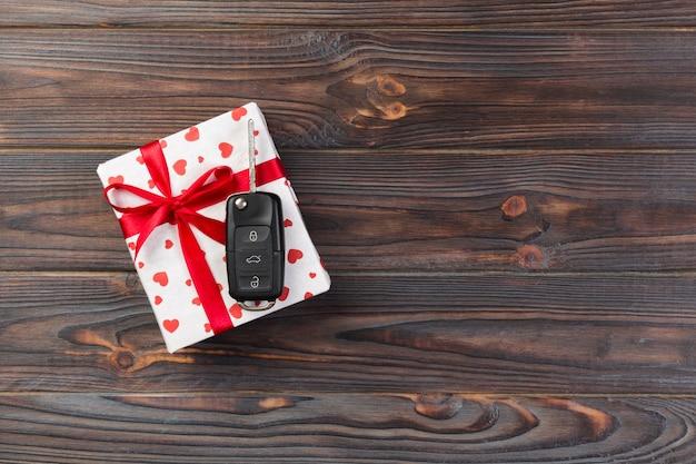 Handgemachtes geschenk des valentinsgrußes oder anderen feiertags im papier mit rotem herzen