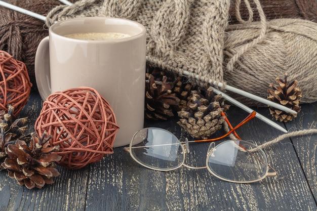 Handgemachtes hobbykonzept, strickgarnball auf tisch
