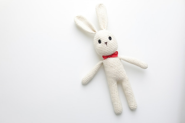 Handgemachtes kinderspielzeug mit gehäkeltem weißem hasen