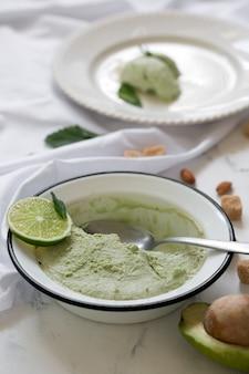 Handgemachtes leckeres eis mit avocado zubereitet. mit minze serviert