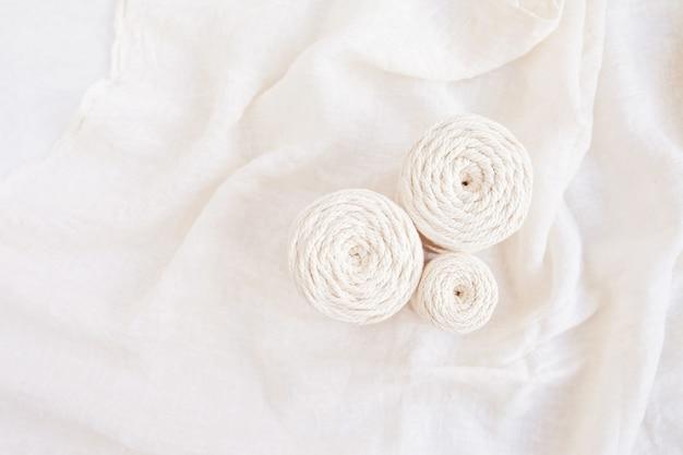 Handgemachtes makramee-geflecht und baumwollfäden