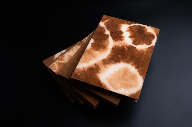 Handgemachtes notizbuch, hergestellt aus natürlich gefärbtem stoff und papier