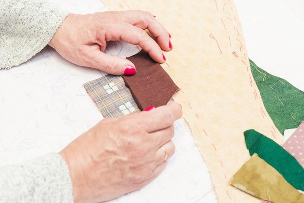 Handgemachtes patchworkhaus auf papier