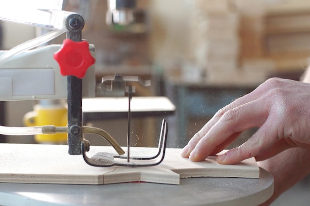 Handgemachtes und handwerkliches konzept. zimmermann, der im sägewerk holz verarbeitet.