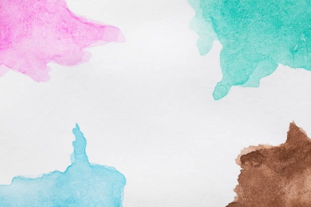 Handgemalte flecken der blauen und rosafarbenen farbtöne
