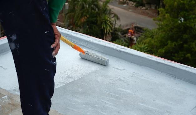 Handgemalter grauer bodenbelag mit farbrollen für wasserdichtes verstärkungsnetz