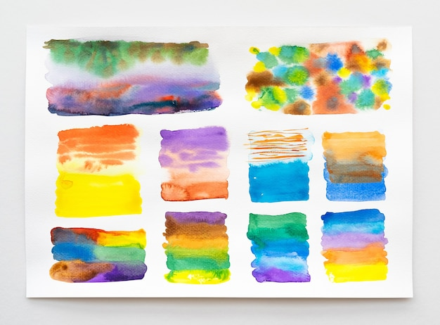 Handgemalter hintergrund des abstrakten aquarells. satz der bunten aquarellpinselsammlung. nahaufnahme.