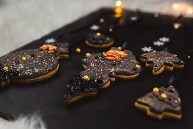 Handgemalter weihnachtslebkuchen auf einem schwarzen. nahansicht.