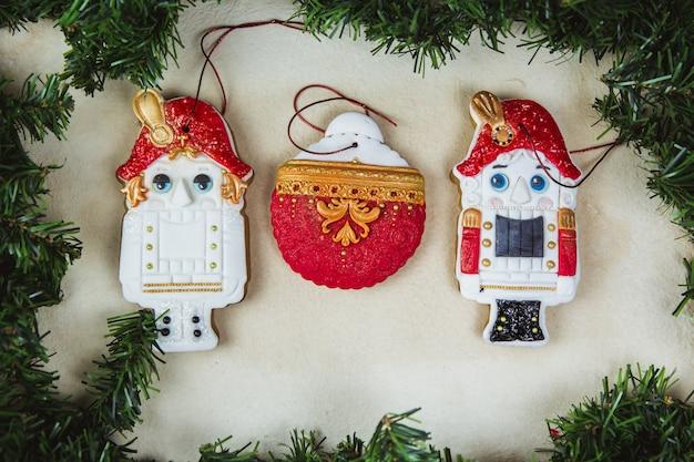 Handgemalter weihnachtslebkuchen-nussknacker auf einer schönen beige. karte. ansicht von oben. flach liegen.