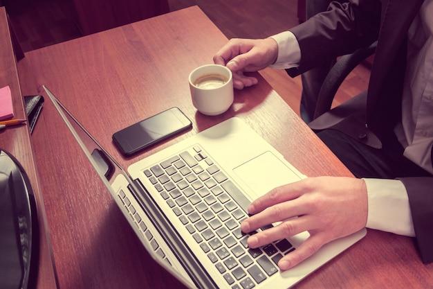 Handgeschäftsmann auf einem laptop