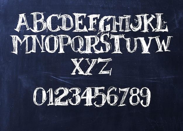 Handgeschriebenes kreide-abc auf einer tafel