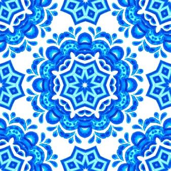 Handgezeichnete aquarell schneeflocke auf weißem hintergrund. blaues dekoratives blumenmandala. kann als weihnachtskarte oder hintergrund verwendet werden.