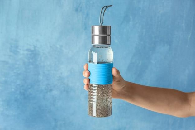 Handhalteflasche mit chiasamenwasser auf heller oberfläche