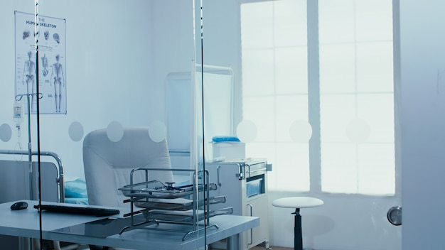 Handheld des modernen privatklinikraums. behandlungsgeräte und professionelle werkzeuge. sprechzimmer, gesundheitssystemtechnik medizin