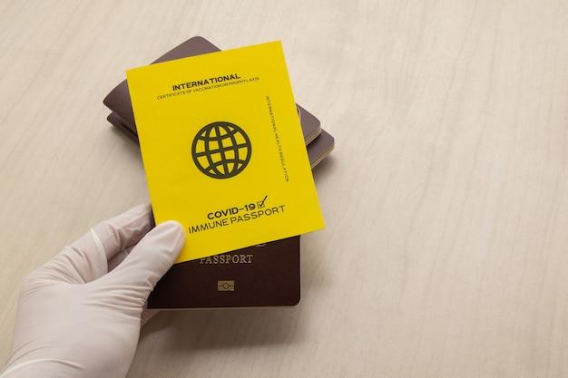 Handimpfpässe als nachweis dafür, dass der inhaber gegen covid-19 geimpft wurde, voraussetzung für internationale reisen.