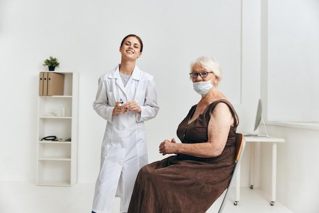 Handinjektionsspaß für krankenschwester und patient