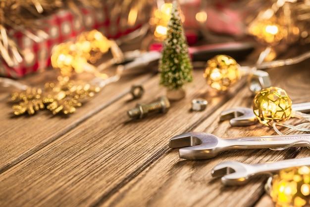 Handliche werkzeuge auf weihnachtszeit-hintergrundkonzept.