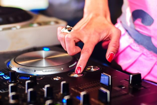 Handmädchen dj-musikprüfer für das mischen von musik im verein