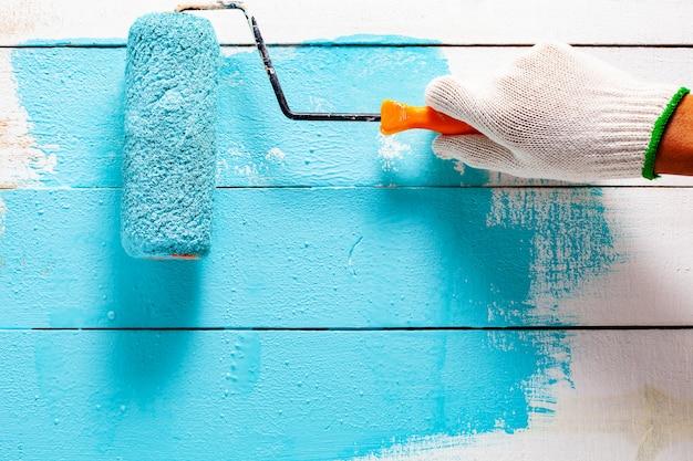Handmalerei blaue farbe auf weißem holztisch.