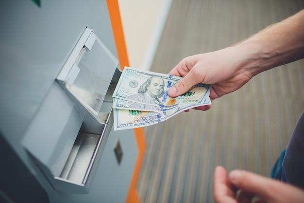 Handmann-einsteckkarte zum geldautomaten, bank- und finanzkonzept