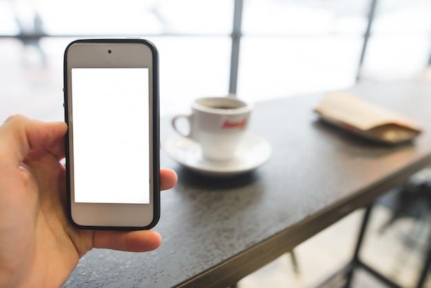Handmann macht ein foto von kaffee und essen zum telefon