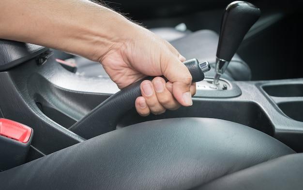 Handmann ziehen handbremse im auto