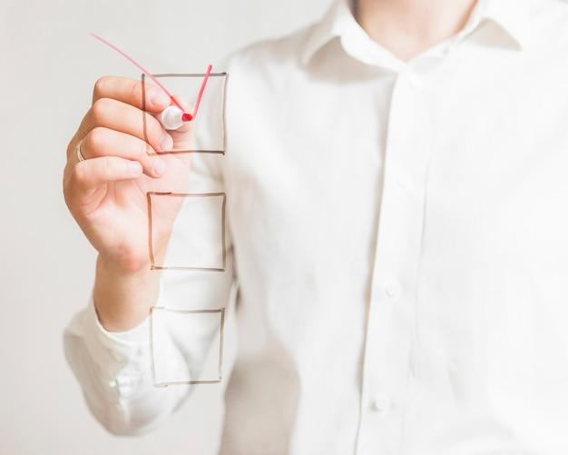 Handmarkierung des wirtschaftlers auf auswahlkästchen mit roter markierung über bildschirm