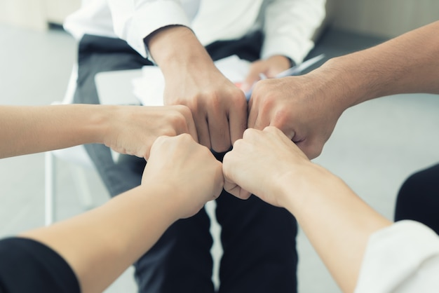 Handpartnerschaftsgeschäftsteam, das faust-stoß nach vollständigem geschäftsprojekt des geschäfts gibt