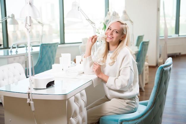 Handpflege der frau. hände und spa entspannend. schönheitsfrauennägel.