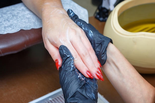 Handpflegesalon maniküre, feuchtigkeitscreme für die hände der kundencreme